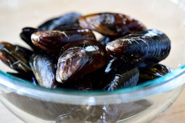 DSC9518 01 640x427 - Honghap Miyeok Guk (Seaweed Soup with Mussels)