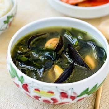 Korean seaweed soup with mussels
