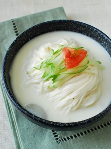 Thin wheat noodles in chilled savory soy milk