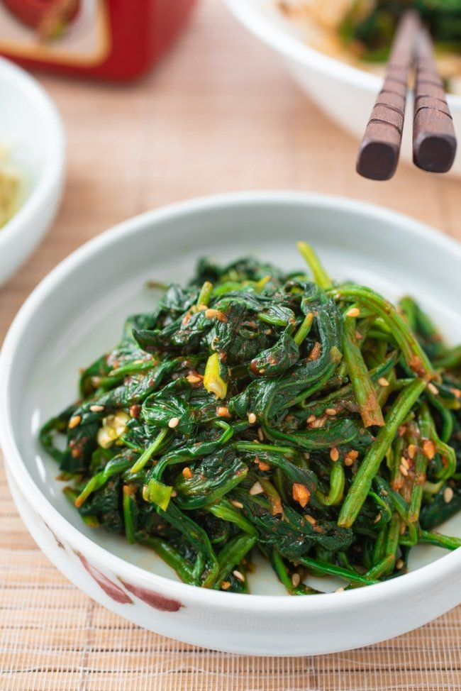 Spinach seasoned with gochujang is in a small dish
