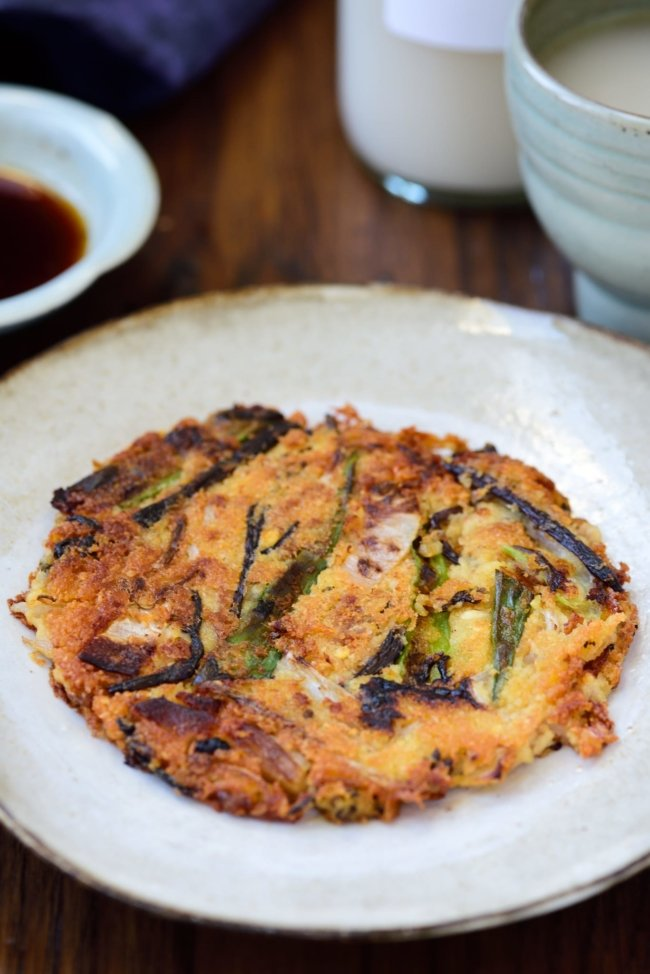 Korean mung bean pancake with rice wine