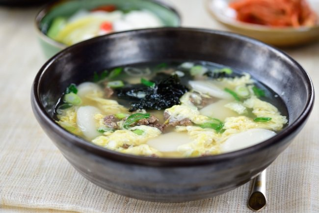 Korean rice cake soup with eggs