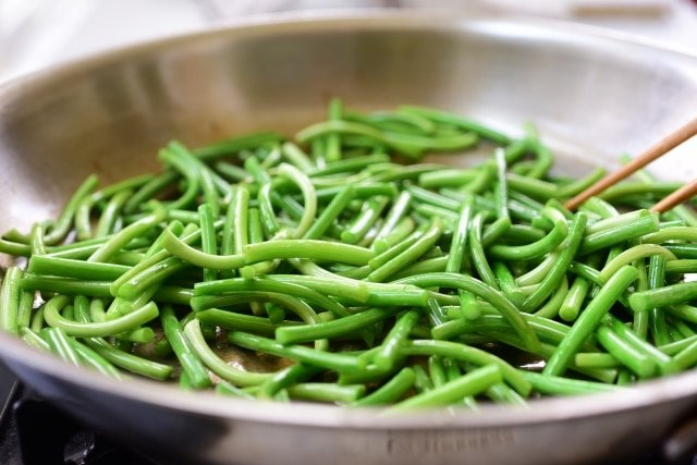DSC 3864 640x427 - Stir-fried Garlic Scapes (Maneuljjong Bokkeum)