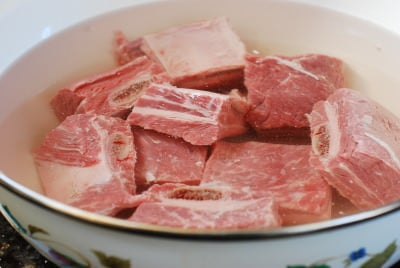 Preparing beef short ribs by soaking in water