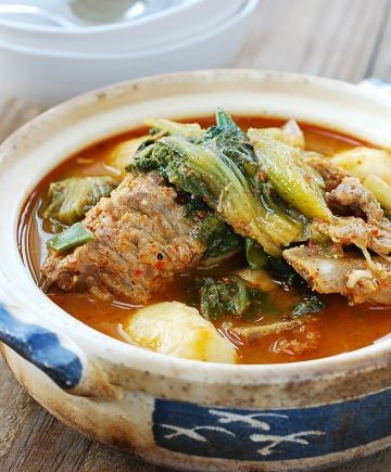 Gamjatang (Spicy pork bone soup)