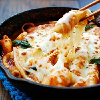 Seafood cheese tteokbokki (spicy rice cake)