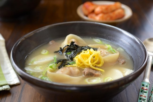 DSC 1564 e1549349046240 - Tteok Mandu Guk (Rice Cake Soup with Dumplings)