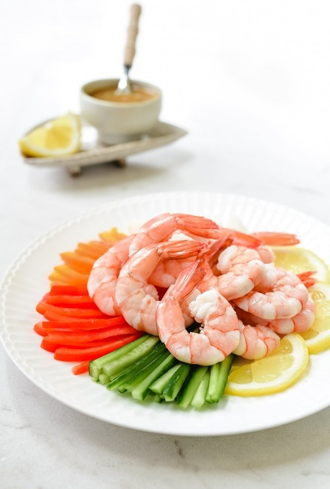 Shrimp salad on a bed of vegetables and lemon