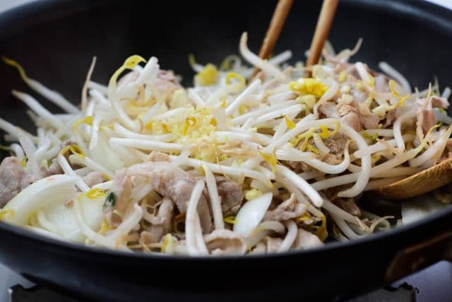 DSC0332 2 640x427 - Samgyupsal sukju bokkeum (Stir fried pork belly and bean sprouts)